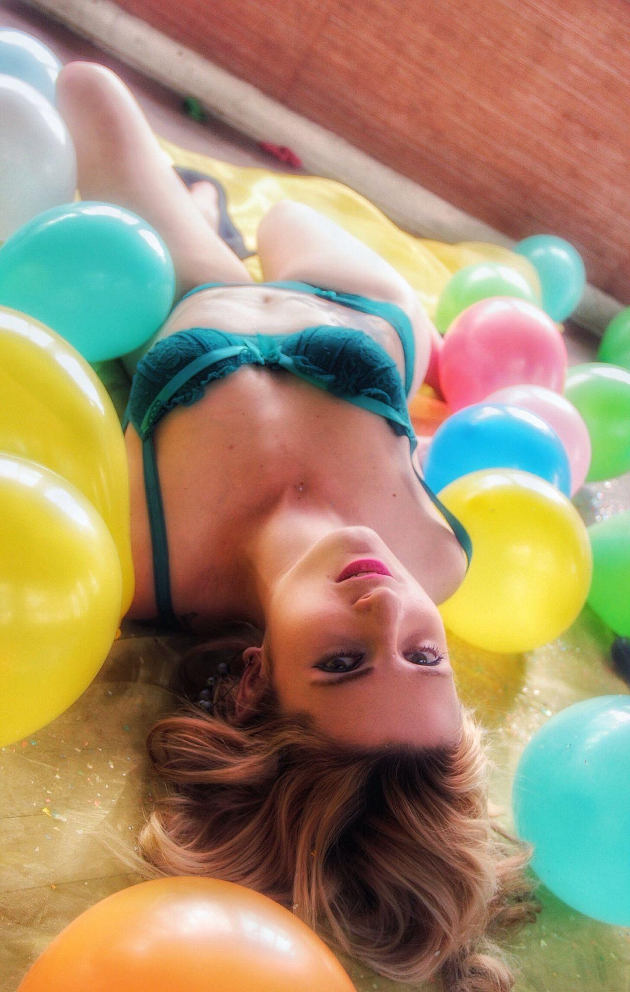 La chica de los globos Momento De Ocio Ganjareta Globos Colores Shooting Mirada Inocente Globos De Colores T2irebel Confetti Lenceria