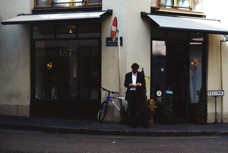 Rue de Grenes // Geneva Streetphotography Poeple Phones Just Life Happening On It's Own
