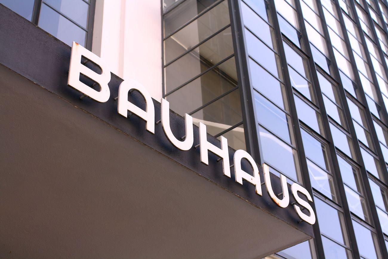 Titel: BAUHAUS Bauhaus Dessau Draußen Farbe Grafik Schrift Stil
