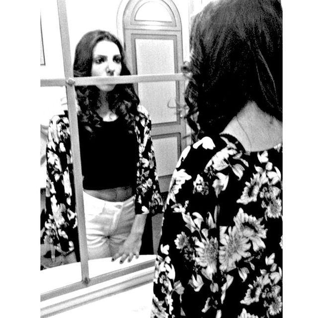 Servirebbe avere occhi profondi, grandi Come due pozzi neri Per buttarci dentro quello che vedi E pure l'amore che non cedi Servirebbe avere occhi profondi Per imprigionare la tua assenza Non lasciarla mai venire fuori Perché non diventi dipendenzaE' più bella questa città quando sale la luna Mentre dormono tutti già Tutti tranne me, tutti tranne me Io mi scordo di dimenticarti non ho mai avuto occhi profondi Sei negli occhi e via da lì non scendi Come fai tu lo sai restare in equilibrio e non cadere mai Questo vento che mi punge la pelle Sembra una carezza veloce Io vorrei avere gli occhi profondi e larghi Che ci si perde il mondo Per avere la certezza che presto o tardi Succede per davvero E' più bella questa città quando sale la luna Mentre dormono tutti già Tutti tranne me, tutti tranne me Io mi scordo di dimenticarti non ho mai avuto occhi profondi Sei negli occhi e via da lì non scendi Come fai tu lo sai a restarmi addosso se non ci sei mai Ti ho visto odiare l'amore Fare la guerra alle stelle Sognare senza pudore Finalmente poi Dormire Io ti ho coperto le spalle Scoprendo tutto il mio cuore Ma un sogno non si può rifare Io mi scordo di dimenticarti Sei negli occhi e via da lì non scendi Come fai tu lo sai a restare in equilibrio Non ricordo di non ricordarti Sei negli occhi e via da lì non scendi Inseparabili ma separati Come fai tu lo sai a restare in superficie E non sprofondi mai E non sprofondi mai Occhiprofondi