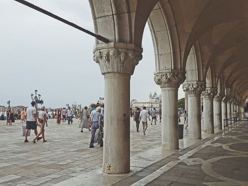 Dogenpalast Doge's Palace Inferno Historical Buildings Vintage People Together Enjoying The Sights People Lifestyles The Tourist Tourists Vintage Style Old Architecture Architecture Enjoying The View Historic Monument 1001 Night Well Turned Out Sightseeing