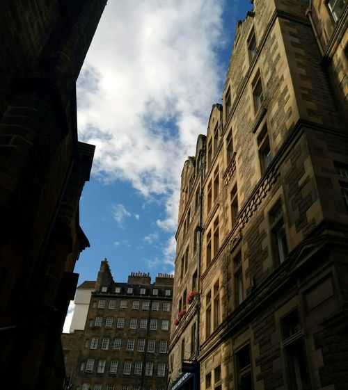 Cloud - Sky Building Exterior Low Angle View Travel Destinations Façade Outdoors Day No People City Architecture History Built Structure Cityscape Sky Architecture Ancient Civilization Ancient Storia Scozia Scotland Travel City Edimburgh Edimburgo Space Lost In The Landscape