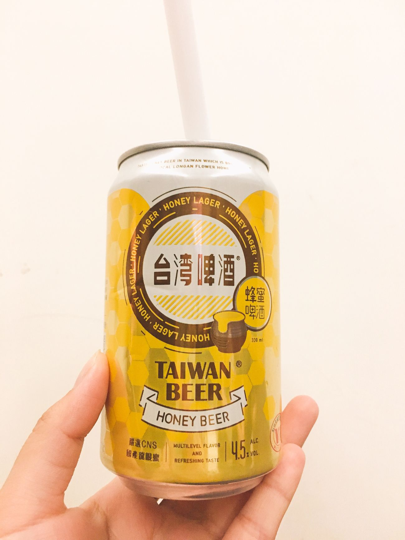 🍻 Beer Hanging Human Body Part White Background One Person Real People Close-up Day People 美味しい