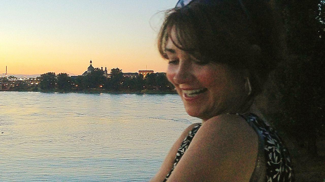 Natural Light Portrait Golden Hour Golden Sky Eyeem Evenings Evening Atmosphere Mobilephotography Portrait Portrait Of A Woman Evening Portrait Afterwork My Friend Woman Beautyful Woman 43 Golden Moments Golden Light