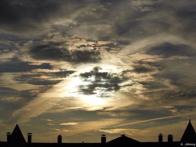 Des nuages noires passant devant le soleil matinal. - Dark cloud passing in front of the morning sun. Levé Du Soleil Nuages Sunrise Clouds