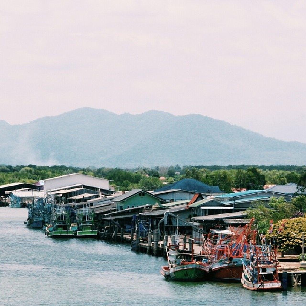 JANTABULEE , THAILAND -ชีวิตริมแม่น้ำลำนำภูเขา- ถ่ายจากบนสะพานตากสิน จ.จันทบุรี ภาพที่ยังไม่ได้ลง