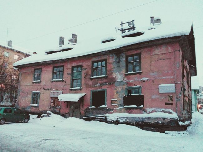This Old House in Murmansk seems to be Abandoned but some Creatures may hide inside. Small City Life Abandoned House Abandoned Buildings Architecture Winter Snow