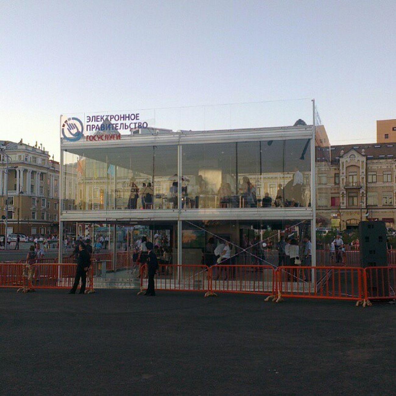 Куб огородили и приставили охрану.  Владивосток  саммит APEC2012