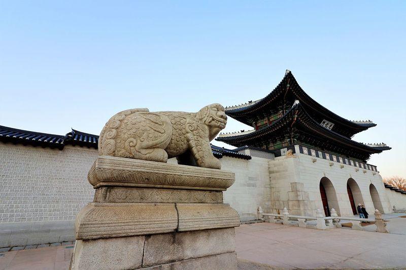 한국 Sky Architecture Built Structure History Travel Destinations Sculpture Clear Sky No People Statue Outdoors Day Building Exterior 대한민국 South Korea Gyeongbokgung 경복궁 City Place Of Worship 광화문 Gwanghwamun