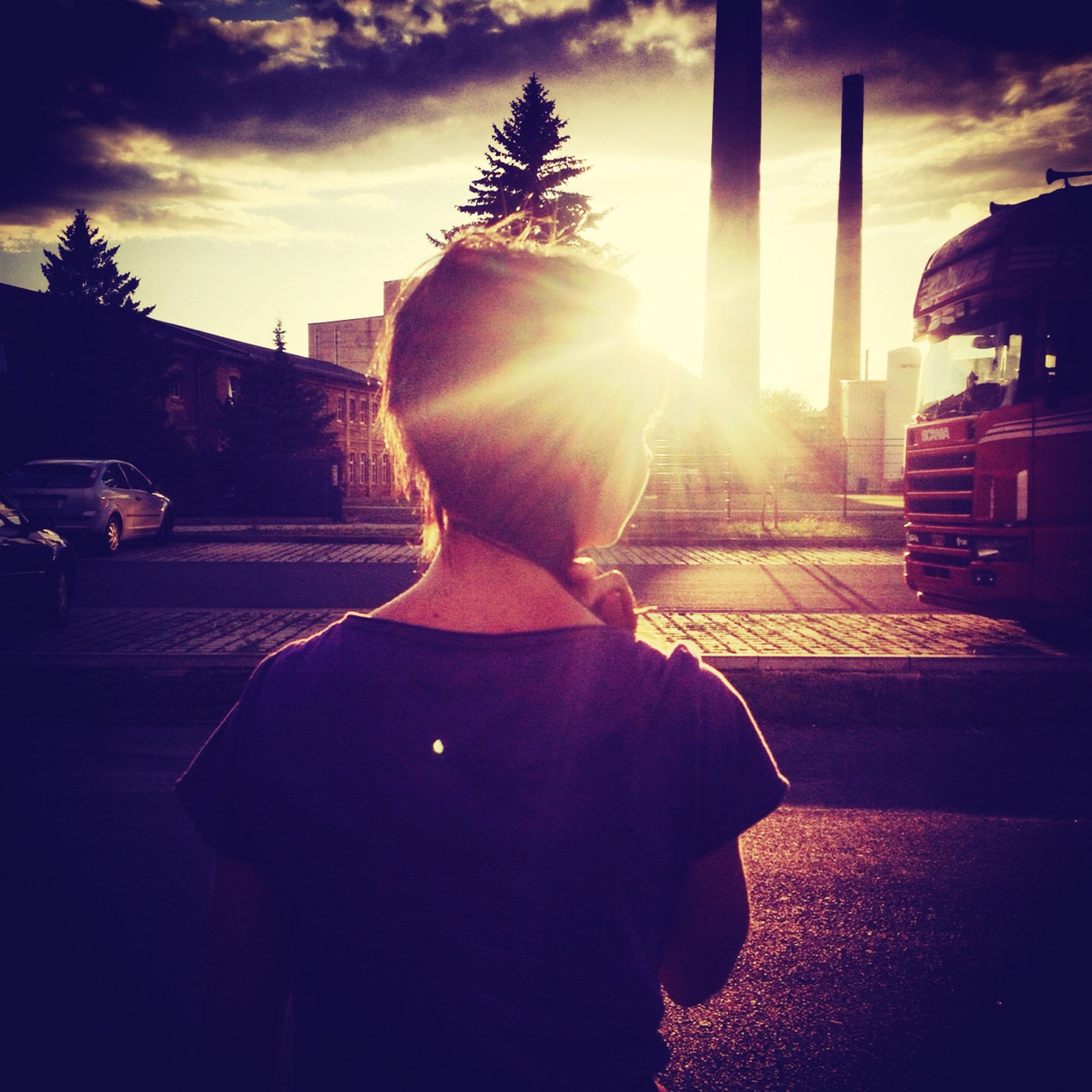 sunlight, sunbeam, sun, sunset, sky, silhouette, lens flare, building exterior, built structure, architecture, street, car, lifestyles, tree, transportation, shadow, leisure activity, city