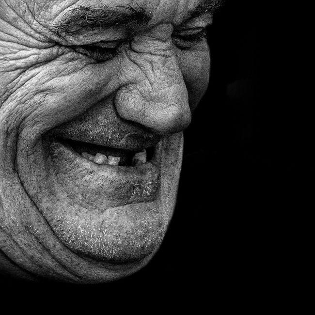 Anonymous portrait... La belleza del mundo que pronto ha de perecer tiene dos filos, uno de risas y otro de angustia, partiendo el corazón en dos... Virginia Woolf. Streetphotography Blackandwhite Streetphoto_bw EyeEm Best Shots My Best Photo 2015 EyeEm Best Shots - Black + White EyeEmbnw The Human Condition RePicture Ageing Bw_collection Portrait Street Portrait The Portraitist - 2015 EyeEm Awards B&W Portrait Bw_portraits