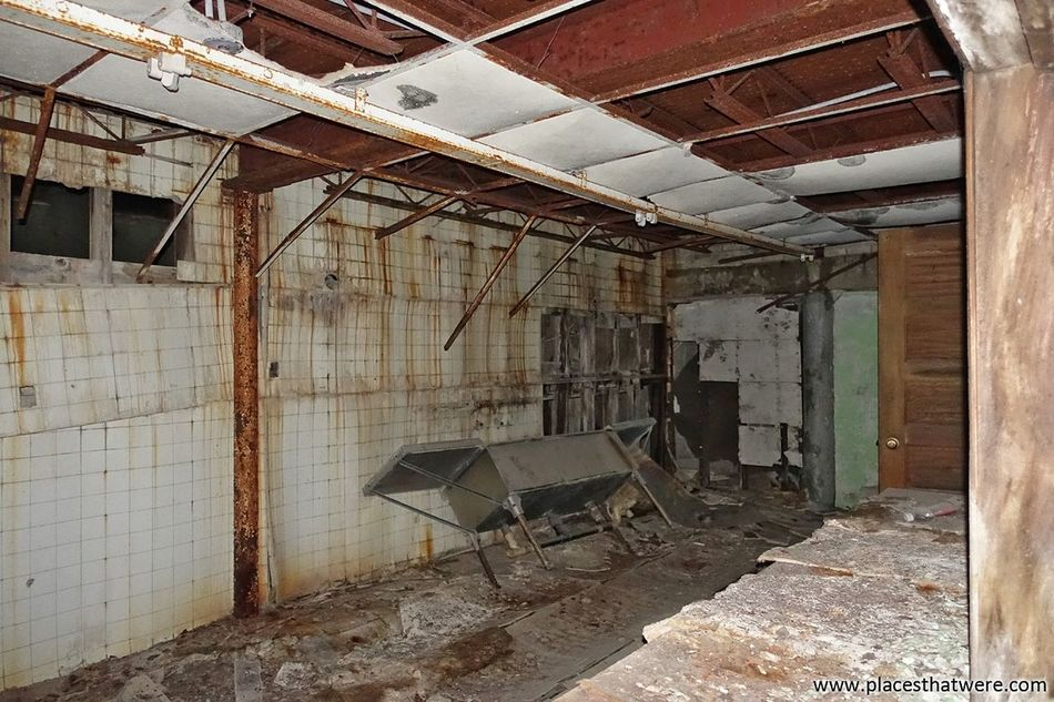 In the kitchen. More here: http://www.placesthatwere.com/2016/09/creepy-abandoned-schools-of-rural-iowa.html Abandoned Kitchen Deterioration Ruined Abandoned Places In Iowa Abandoned School Decay Iowa Creepy School Abandoned & Derelict Abandoned Places Urban Exploration Urbex Abandoned Building Dysart Geneseo Clutier Abandoned Iowa Run-down Water Damage Indoors  Damaged Bad Condition Room
