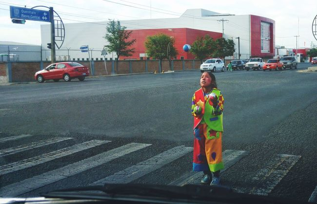 Streetphotography Street Photography Streetart Clown Clowning Girl Nina Streetartist Street Mexico De Mis Amores Mexicolors Payaso Payasos Dramatic Angles