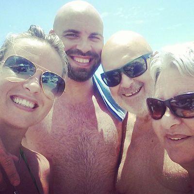 Selfie familiar em dia ostentação na praia. Porque amor maior não há! ♥♡ FamíliaSoWen Emuitoamor Itapema Paraíso santacatarina brazil travel travellers