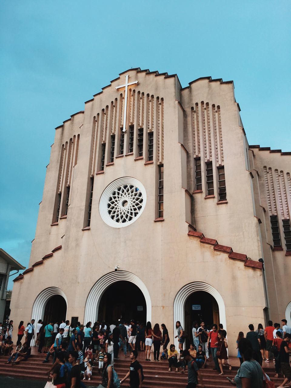 large group of people, real people, building exterior, architecture, religion, men, built structure, place of worship, day, spirituality, women, outdoors, clear sky, sky, people