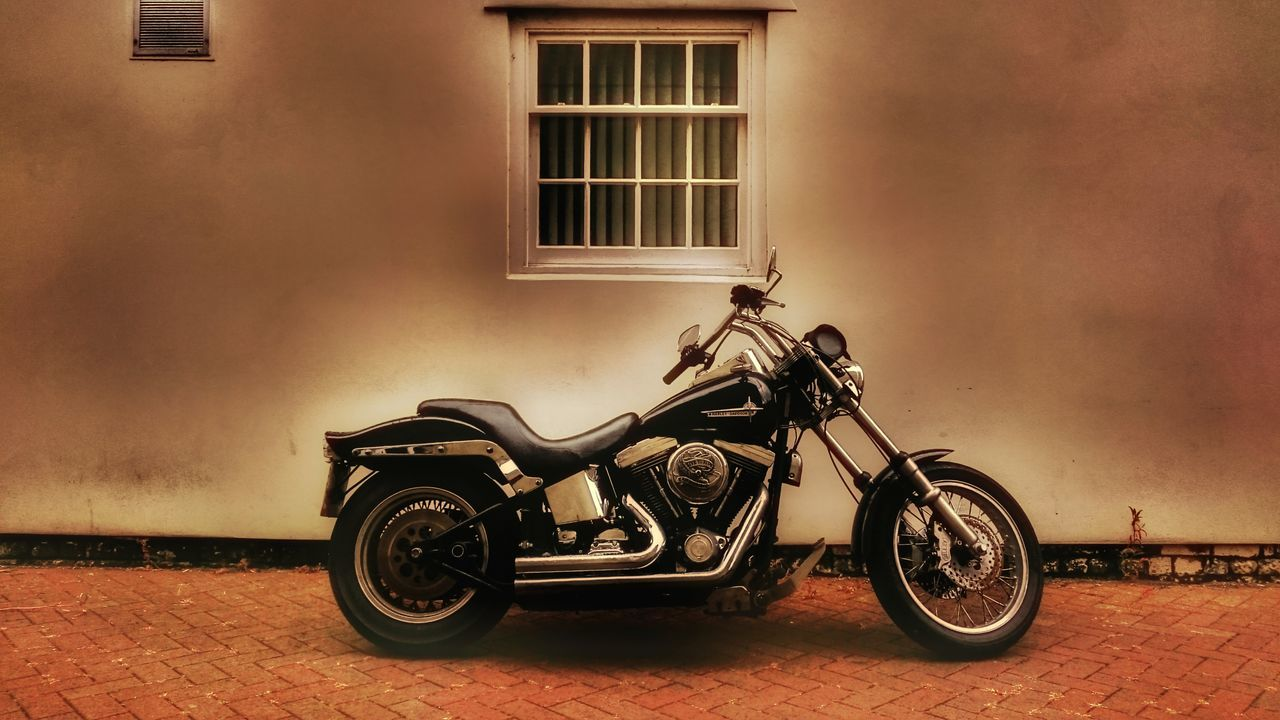 Harley Davidson HarleyDavidsonMotorcycles Harley Harleydavidson Backstreets & Alleyways Backstreet Freestyle Motorcycle Photography Motorcycleporn Harleylife American Motorcycle Lover Softness Alleyway Motorcycles Chrome Sweet Chrome Live To Ride Check This Out The Drive