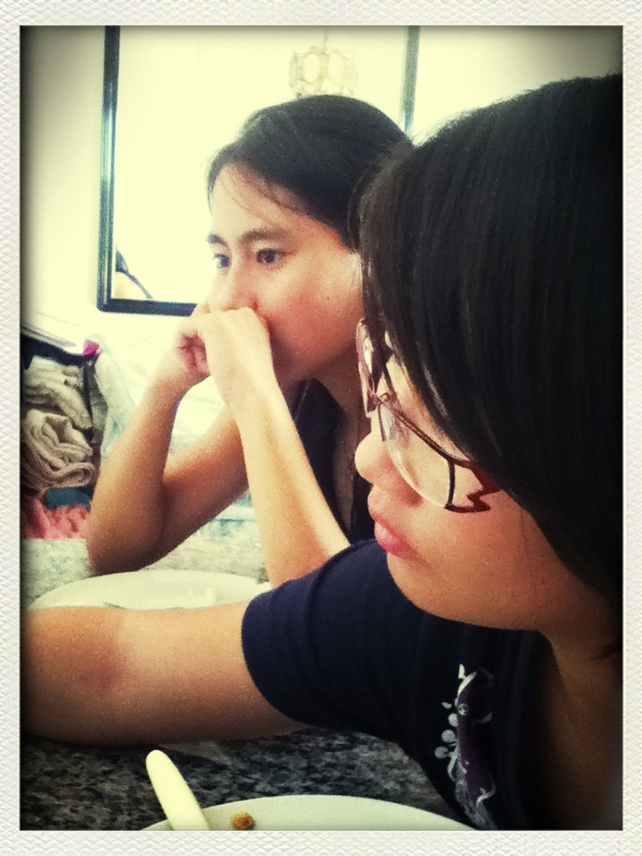 Lika Saiki e Carol almoçando junto. ;D