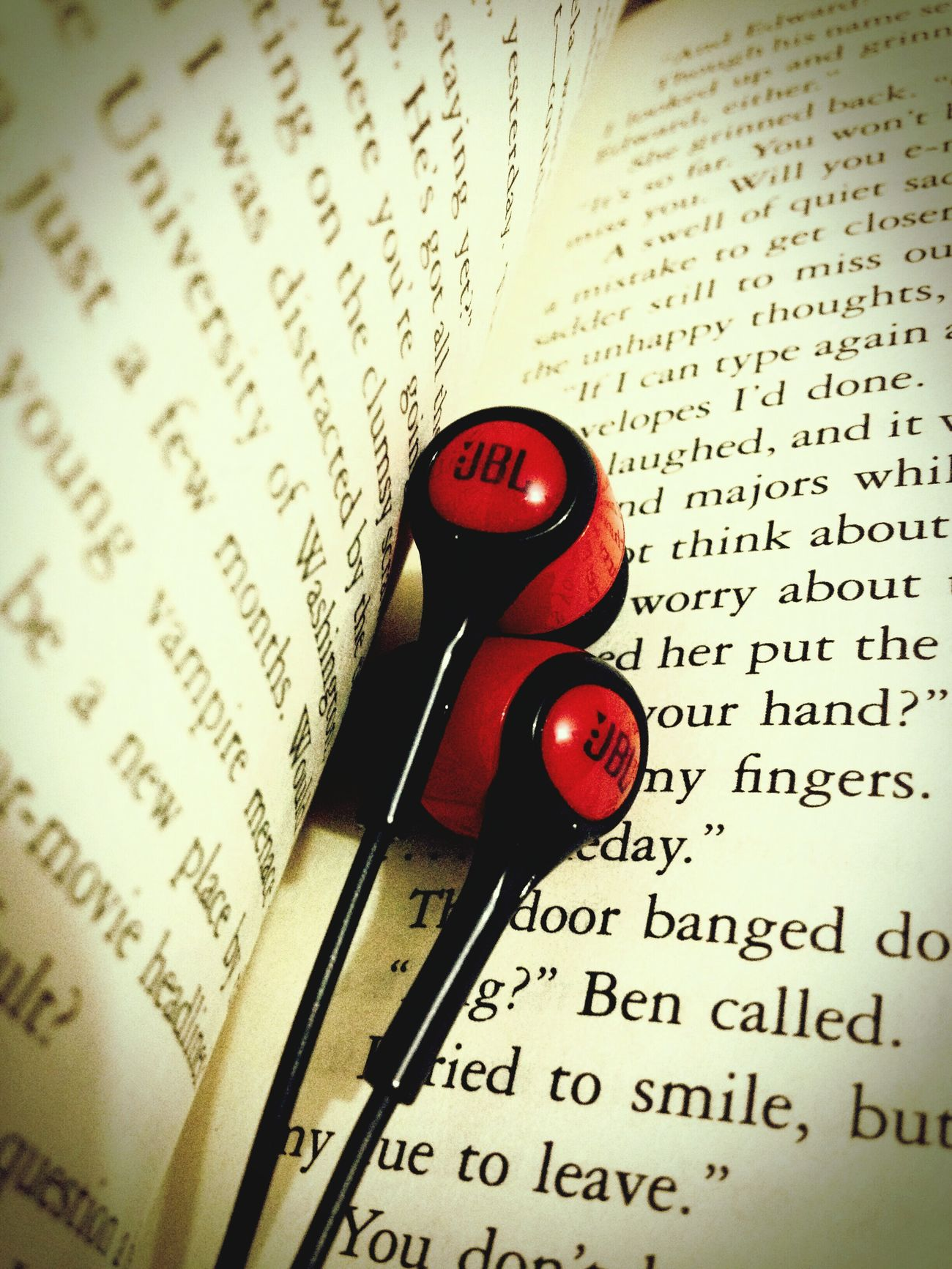 This music fills me good and it gets me everytime... Hello World Booksnsuch Earphones In, World Out!! Musicinme Musicismypassion Musicismydrug Love Books N Music