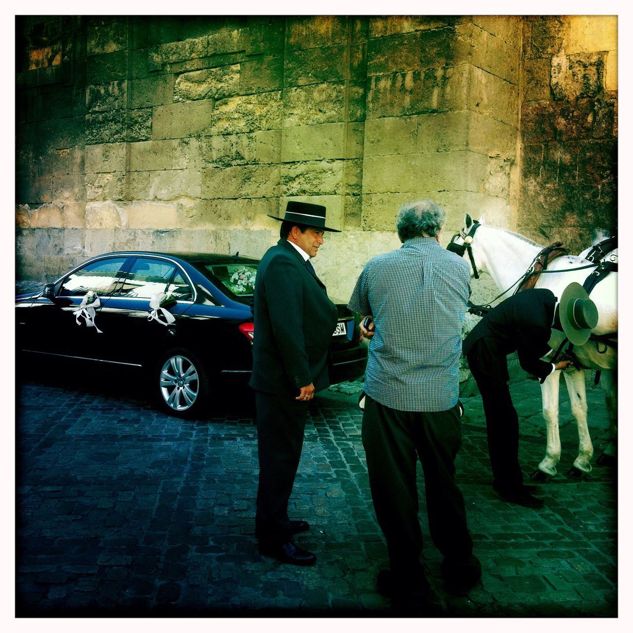 Snap A Stranger Car Men Only Men Full Length Adults Only Togetherness Senior Men Adult People Outdoors Day Hat Sombrero Sombrero Cordobés Real People Horse Córdoba Cordoba Spain Serie Barrio Iphone4 Iphoneonly Hipstamatic Mezquita De Córdoba Mezquitacatedraldecórdoba