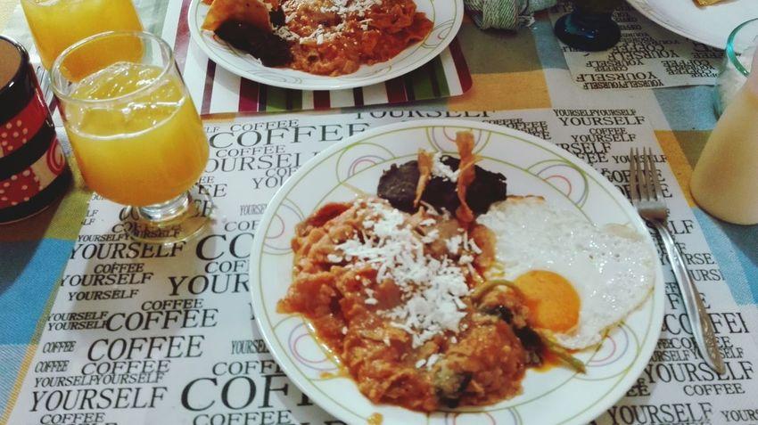 Una rica y deliciosa comida en casa de mis papas ... Comida Rico Chilaquiles Huevo Frijoles