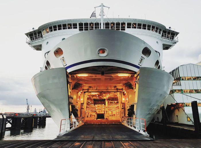 Débarquement de 2 heures bien mérité ! 😄 Brittanyferries Ferries Uk England Contrast Bigship #boat Bateau Best EyeEm Shot Garage Steward Lifeatsea ILoveMyJob Military Sky Built Structure Outdoors Aerospace Industry