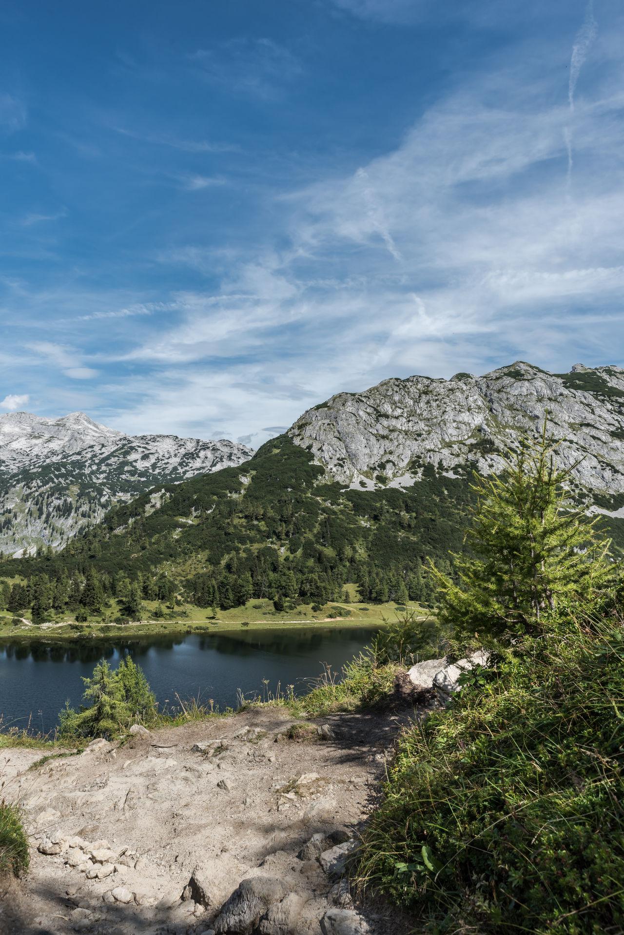 Berge Bergsee Blau Bäume Grün Himmel Licht Und Schatten See Steine Wandern Weiss Wolken