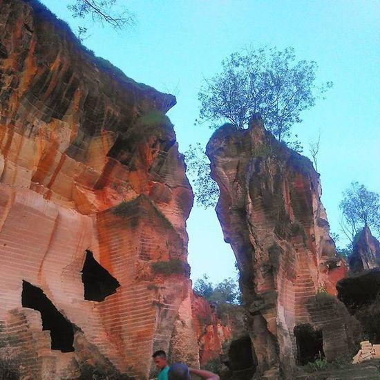 Bukit kapur, dahulu ditambang untuk digunakan sebagai bahan bangunan. Kini dijadikan objek wisata. Wisatadura Bukitkapur Karst Bangjunjalanjalan Indonesiaindah