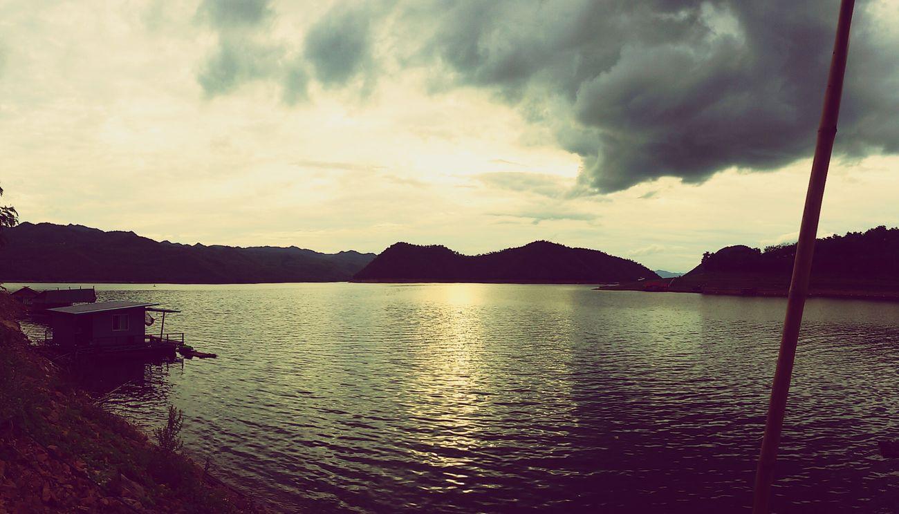 เย็นนี้กลับเข้าสู่โหมดปกติ■■■ มีเพียงท้องฟ้า ดวงตะวัน แม่น้ำ ภูเขา เสียงคลื่นกระทบฝั่ง ขาดเสียงคนหัวเราะดังๆจากที่พัก วันนี้ลูกค้าก็กลับหมดแล้ว เวลาแห่งความสุขมักจะผ่านไปเร็วเสมอ.... แพแม่น้ำใสแพพักบนน้ำเหนือเขื่อนศรีนครินทร์