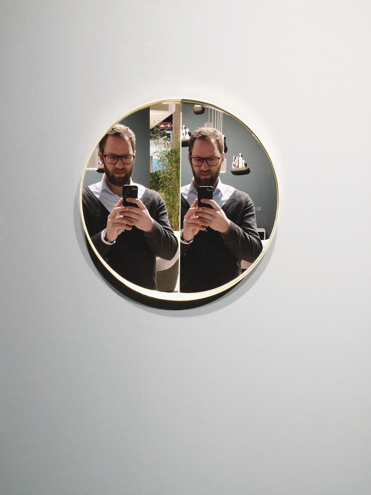 ::)) Photographing Photography Themes Mirror Leisure Activity Reflection Front View Young Adult Circle Frame It! Self Portrait Selfportrait Portrait Two Is Better Than One Reflection Reflection_collection Geometry Memories Geometric Shape The Magic Mission Mobile Conversations