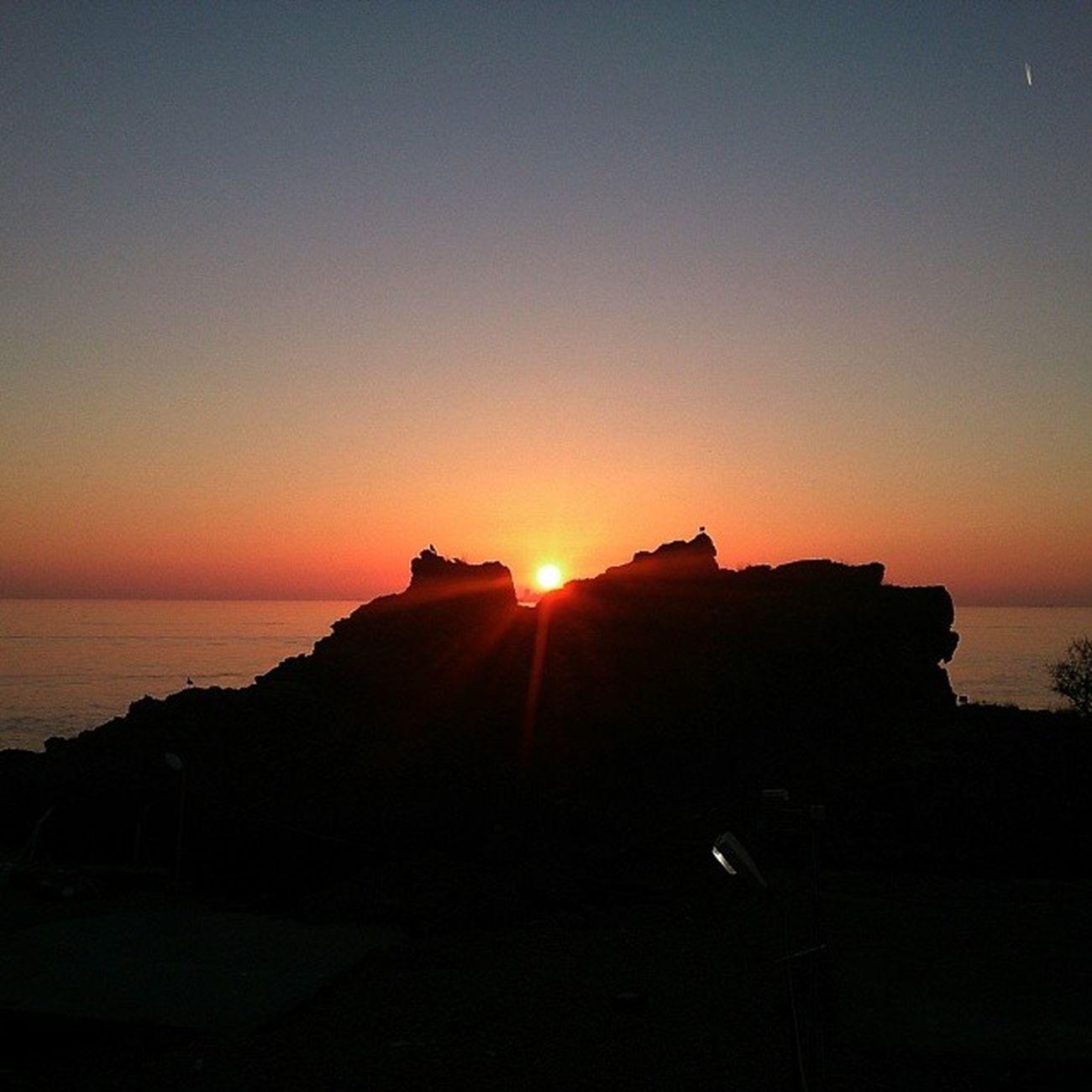 """Güneş yavaş yavaş terk ederken bizi, """"Yine gelicem"""" der gibiydi... En sevdiklerimiz değil miydi giderken """"bekle"""" diyen... Sözünü tek tutan güneş tanıdıklarım arasında..."""