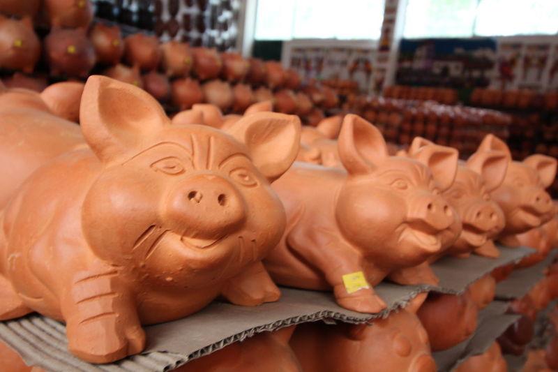 Crafts Market Piggy Bank Art Ceramic Ceramic Art Ceramic Art Craft Ceramics Clay Clay Art Clay Work Earthenware Focus On Foreground For Sale Handmade Pig Pottery Raquira Shelf