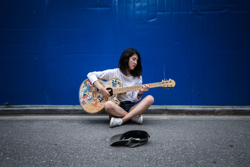 Beautiful stock photos of gitarre, 20-24 Years, Arts Culture and Entertainment, Asian, Blue