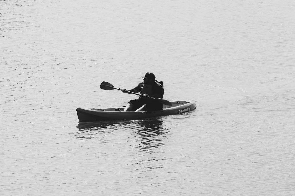 Simple, in the ocean. (Sencillo, en el océano.) Kayak Adventure Black And White Ocean Beach Simplicity Sport Bote Aventura Blanco Y Negro Oceano Playa Sencillez Deporte Flying High Long Goodbye TCPM
