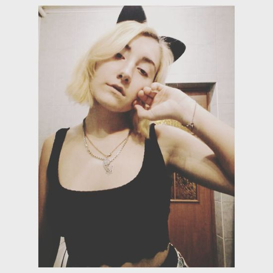 :з One Woman Only Individuality Young Adult Blond Hair Only Women One Young Woman Only Adults Only Portrait Young Women Indoors