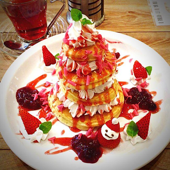 Christmas Around The World -Special Pancakes Pfannkuchen Weihnachten EyeEm Japan Japan Japan Photography Cafe Nachtisch Erdbeeren Strawberry Dessert