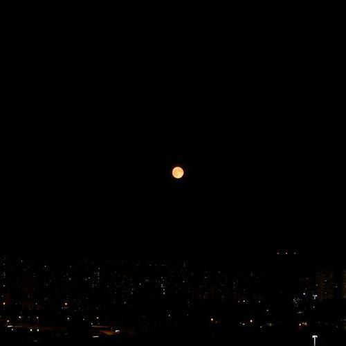 Le pleine lune rouge, prise ce soir, pas la peine de se lever à 3h du mat ! Lune Moon Fullmoon Redmoon lunerouge saintlaurentduvar stlaurentduvar cotedazur var visitcotedazur