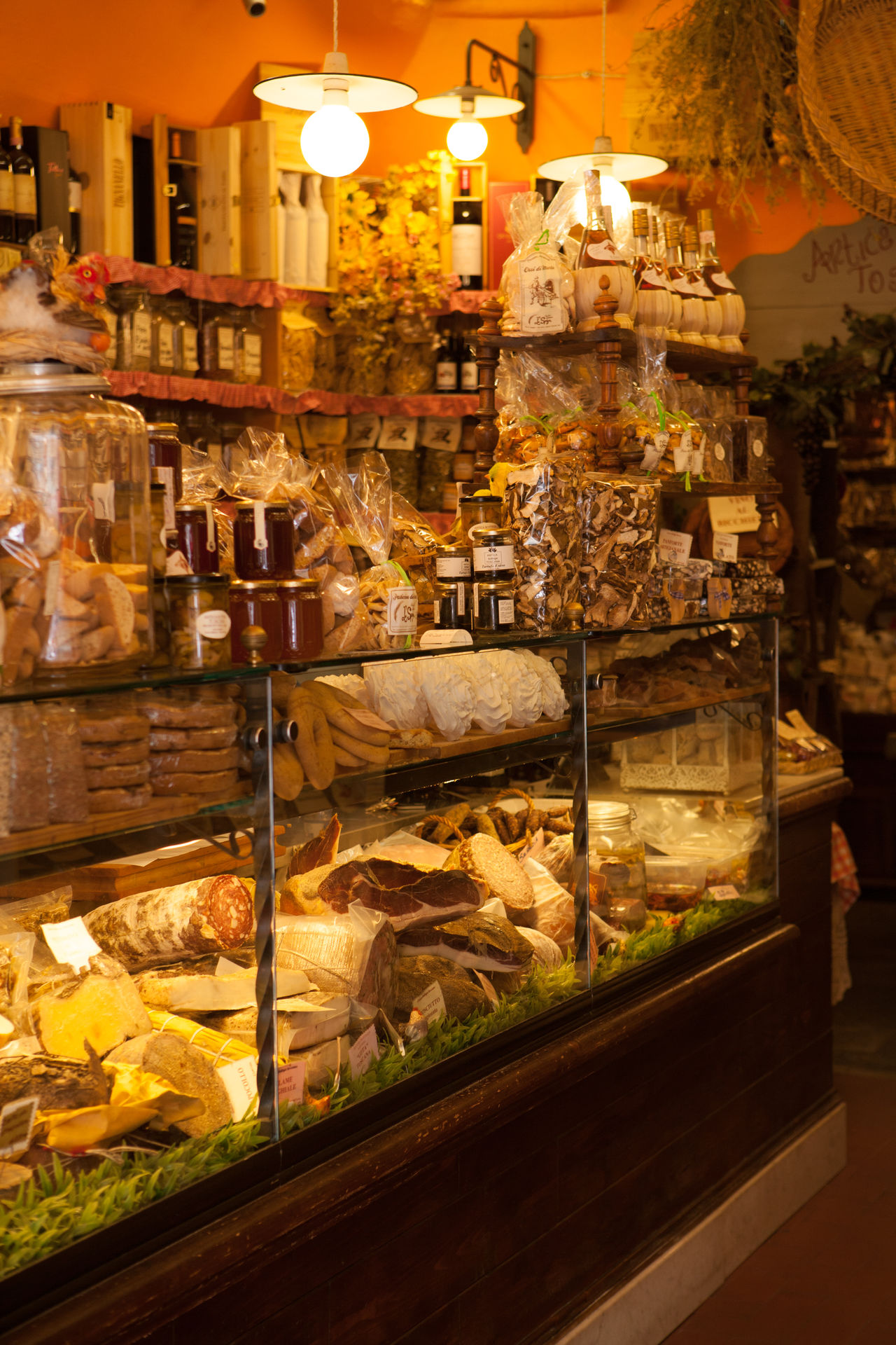 A shop selling lots of delicious Italian food. Bread Cheese Dolcevita  Food Food And Drink For Sale Fresh Indoors  Italia Italian Food Marmelade Meat No People Oil Olive Oil Ready-to-eat Retail  Shelf Shop Store Toskana Tuscany Variation Wine Yellow