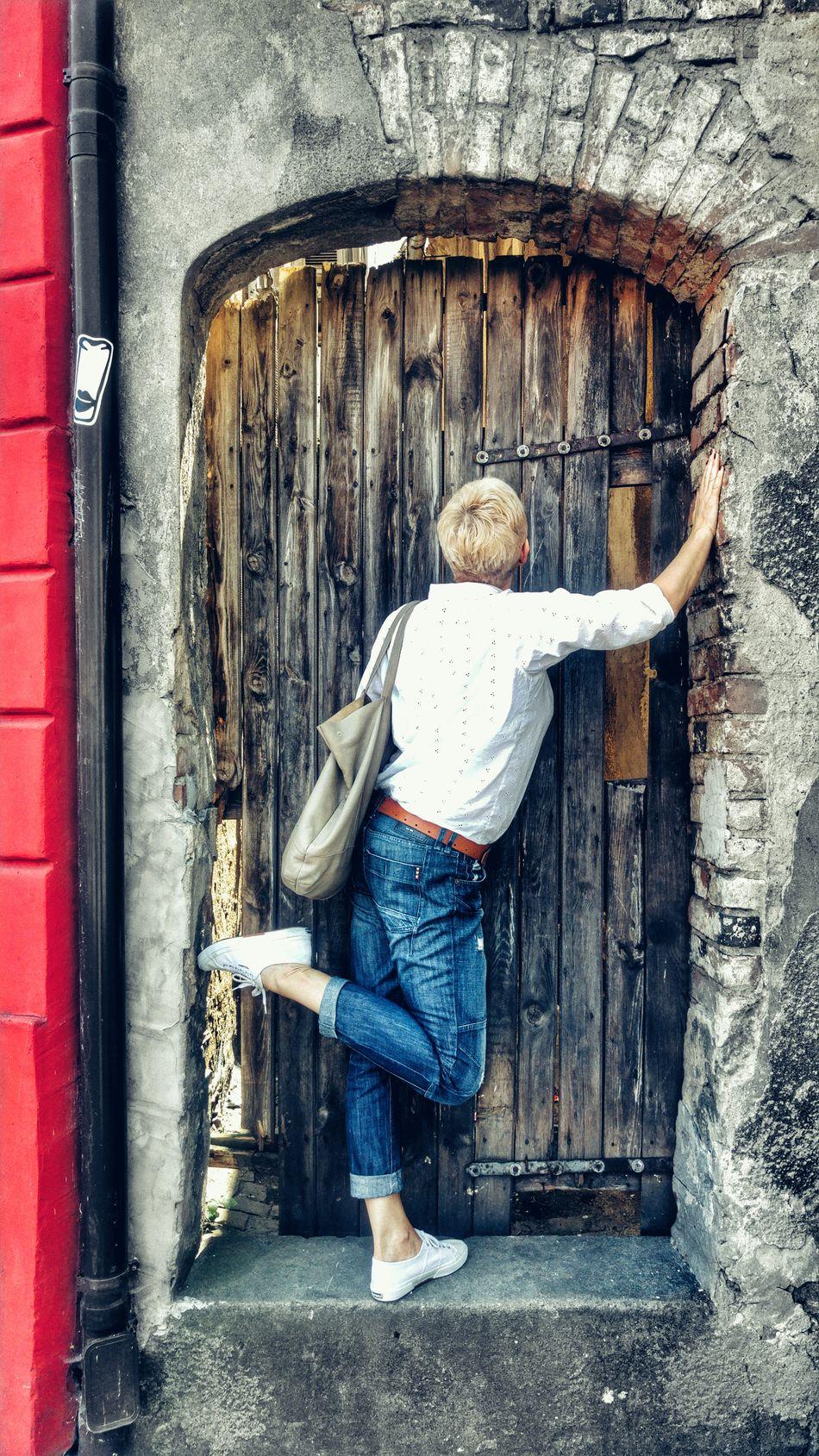 Stare Miasto Old Buildings Doors Wooden Door Drzwi Drewno Cegła ściana Bricks Brick Wall Portrait Person Kobieta Woman Woman Portrait Ubrania Codzienny Ubiór Clothes Everyday Clothes Jeans Koszula White Shirt Red Wall Czerwona ściana