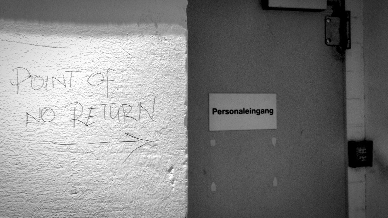 Manchmal ist der Eingang für's Personal wirklich The Point Of No Return . Funny Wise Words My Fuckin Berlin Streetphotography Employee Staff Only Deceptively Simple Learn & Shoot: Simplicity Learn & Shoot: Balancing Elements