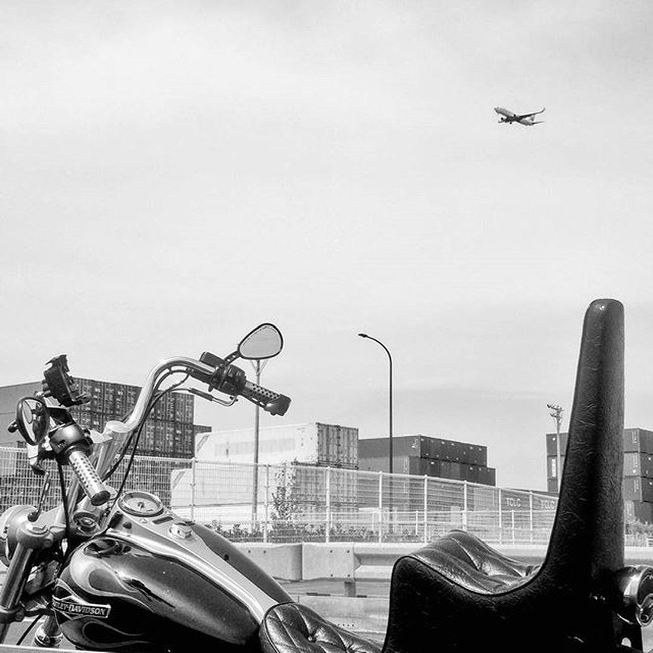 Harley Harleydavidson Chopper High Highseat Motorcycle Blackandwhite Bw Art Nice Airplane Jet Sky イマソラ 空 チョッパー ハーレー オートバイ バイク 港 Vscocam Vscogood Contena Port Sea igersigdaily cool moto 写真好きな人と繋がりたい