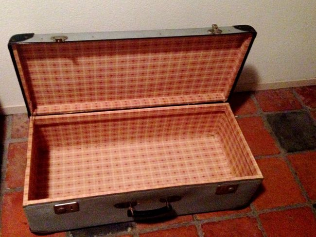 Vintage Suitcase Vintage Suitcase Vintage Suitcases Suitcases Vintage Style Vintage Moments Vintage❤ Oldschool Musician Music Case Old-fashioned Old But Awesome Old Travel Travel Photography Travelling