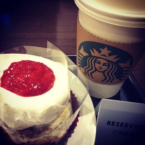 2015.01.12 Tall NoFat ChaiTeaLatte Strawberry&CookieCheeseCake . 休憩と読書の時間れふ☻ . 甘い物を食べてる時ってすんごく 幸せだけど、食べ終わったあとの 罪悪感が半端ない…(-。-; . 30分間の間に、天国と地獄が一度に やってくる( ´д`ll) . Starbucks Starbuckscoffee スタバ うまうま あまあま ケーキ Miillainsはスタバっ子w Miillains スウィーツ父母部