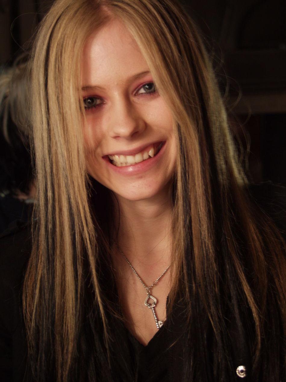 On tour with Avril Lavigne Avril Lavigne AvrilLavigne Mall Tour Pop Pop Star Singer  Singer/Song Writer Smile Tour Bus Tourbus