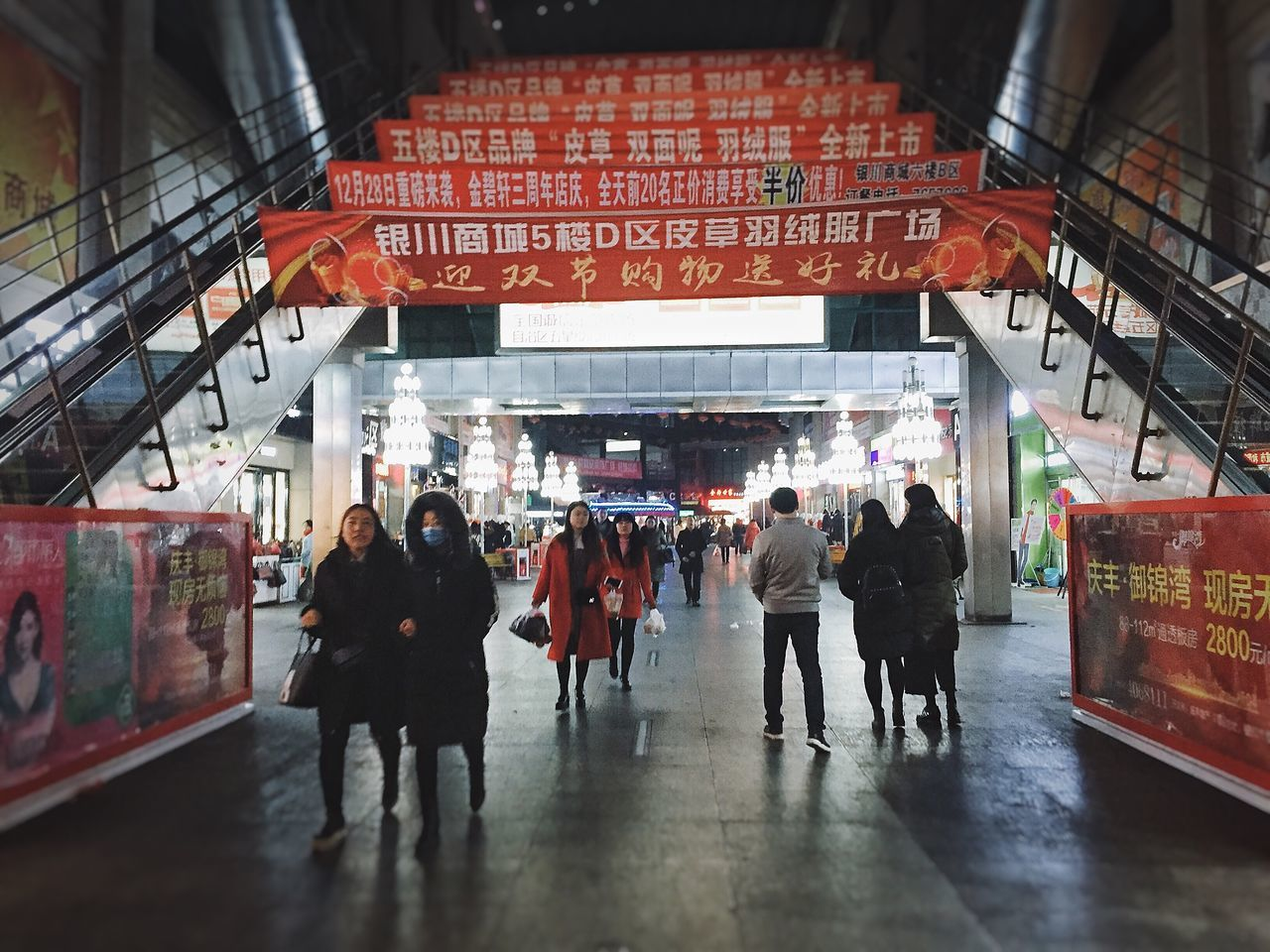 real people, large group of people, men, walking, women, architecture, built structure, lifestyles, leisure activity, indoors, day, city, people