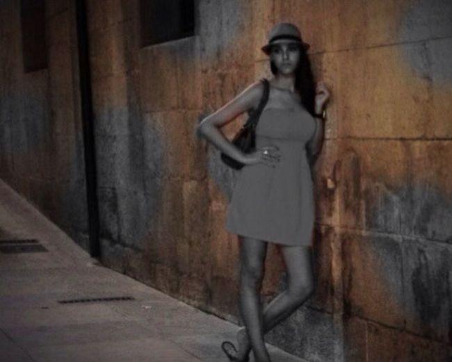 Street Relax Hol Isatis Wall SPAIN Walking Around Dress Hat