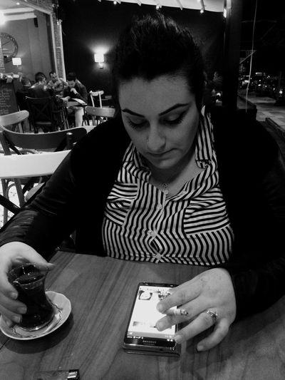 Keyifli hatun karım benim bitanem gözlerine kurban olduğum ömrüm bir elinde çay bir elinde sigara keyfin yerinde yine 😘😘😘😘