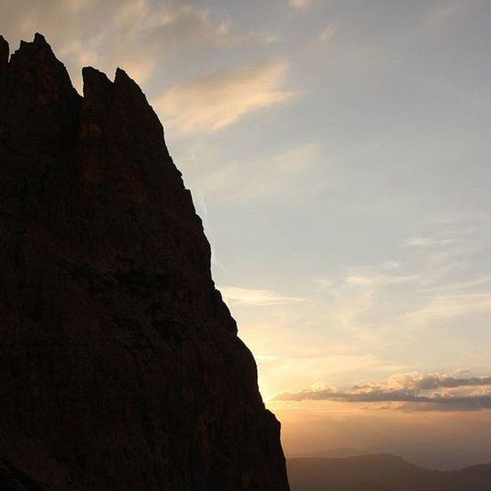 Sunset in the Dolomites. Photographed while resting at Rifugio Vincenza/Langkofelhütte. Sunset Sun Mountains Dolomites Langkofel Love Nature Sky View Stunning Breathtaking Destination Adventure Explore Wilderness Bergverliebt artflakes.com/shop/philipp-tillmann (link in biography)