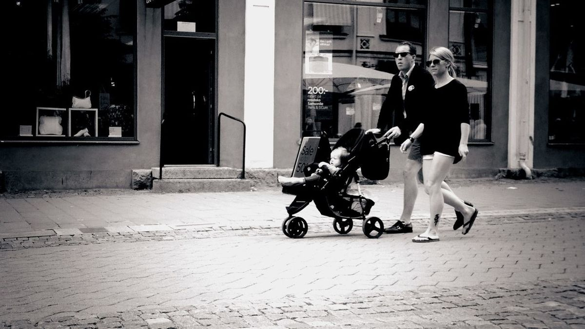 Cool couple with infant. Summer Moms/Dads Streetphotos Streetphotography Streetphoto_bw Shootermag