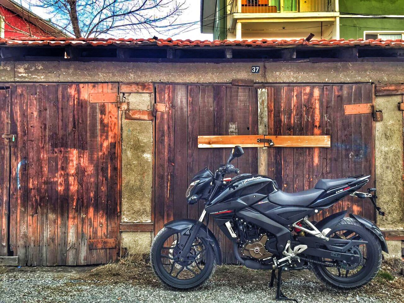 Moto Motorcycle Motorcycles Motorbike Motorsport Motor Bajaj Bajajpulsar Ns 200 BajajPulsarNs200 Black Turk Building Exterior Built Structure Architecture Stationary Outdoors Transportation Day Wood - Material No People First Eyeem Photo Türkiye Turkey