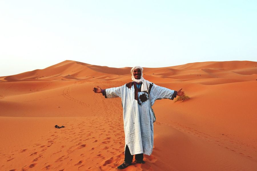 Bereber del Sáhara Desert Sand Dune Sand Arid Climate Clear Sky Landscape One Person Nature Real People People Turban
